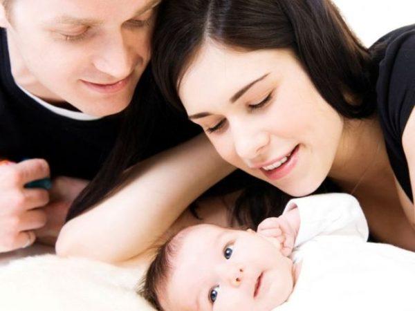 Мужчина, женщина и младенец