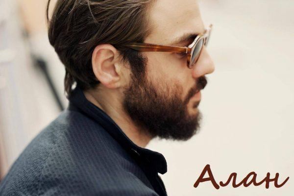 Надпись Алан на фоне мужчины в солнечных очках