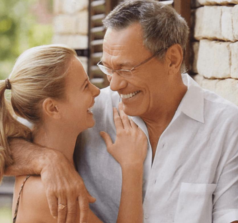 пожилая пара с молодой девушкой - 12