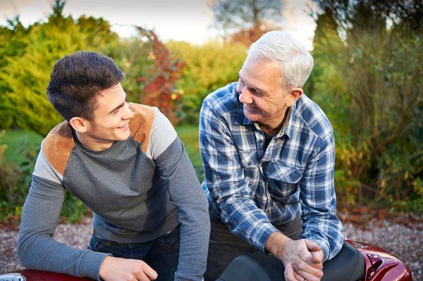 Отец и взрослый сын