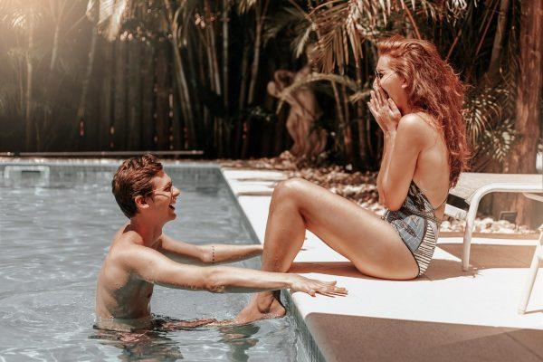 Пара у бассейна