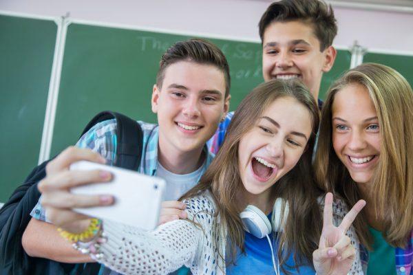 Школьники фотографируются