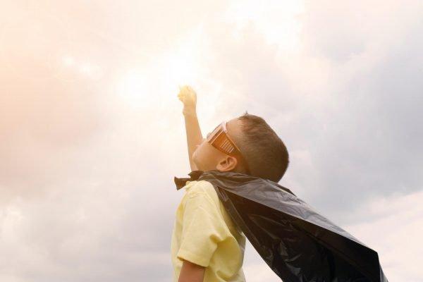 Ребёнок в образе супергероя