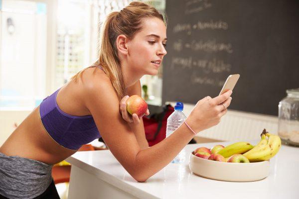Спортивная девушка ест фрукты