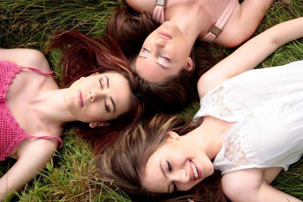 Три девушки на траве