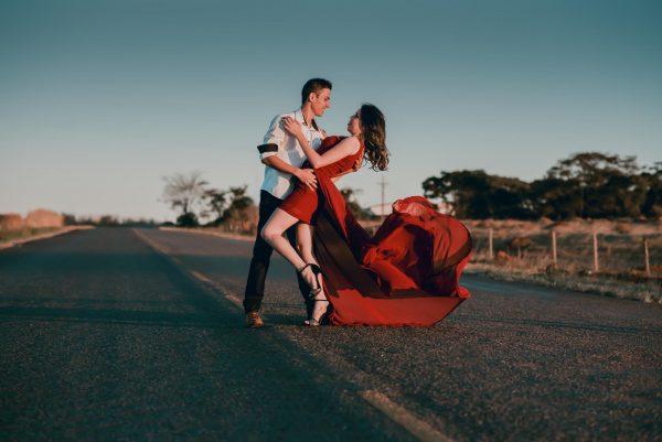 Влюблённая пара на дороге