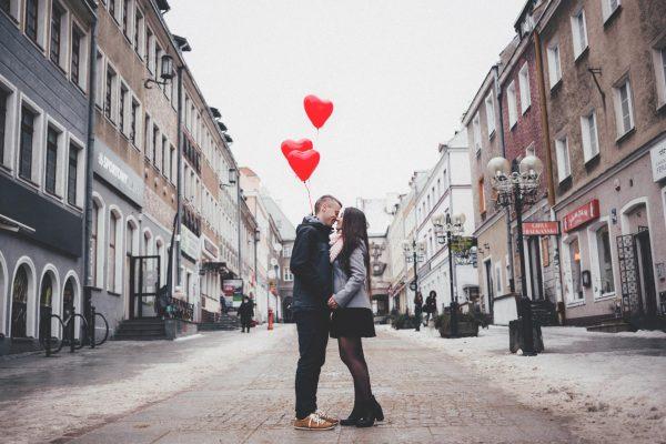 Влюблённая пара с шариками