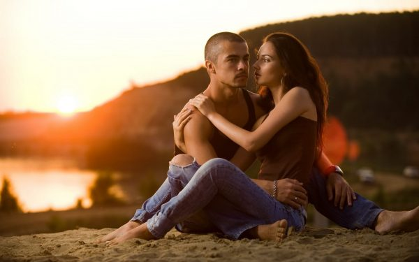 Влюблённые на берегу реки