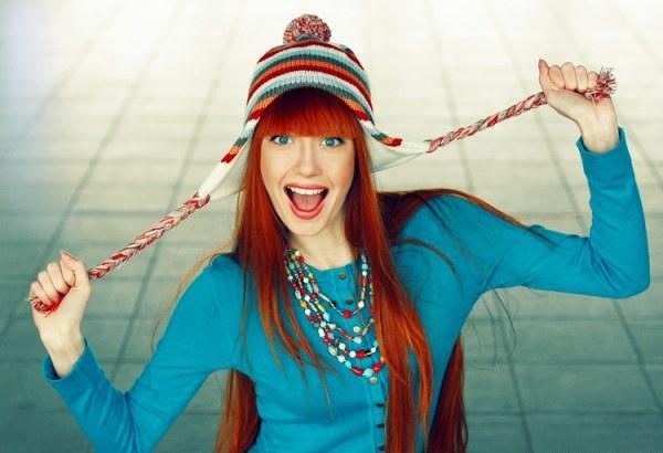 Яркая девушка в забавной шапке