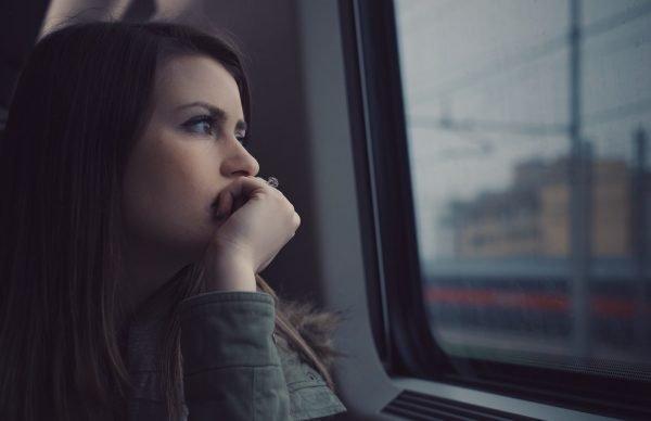 Задумчивая девушка в поезде