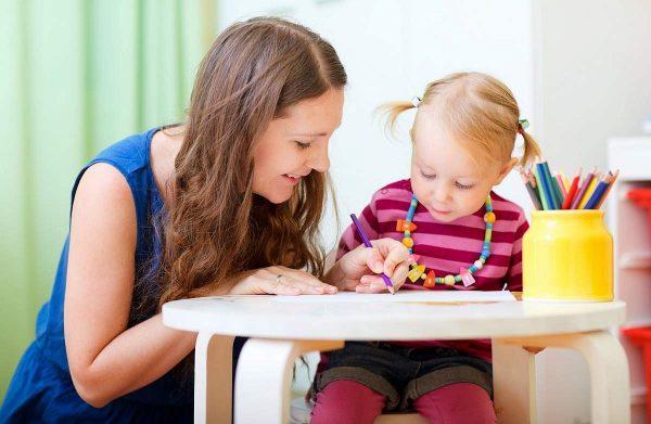 Женщина с дочкой рисуют