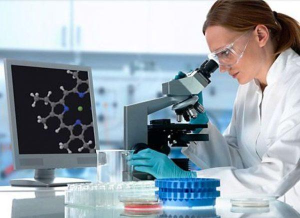Женщина у микроскопа