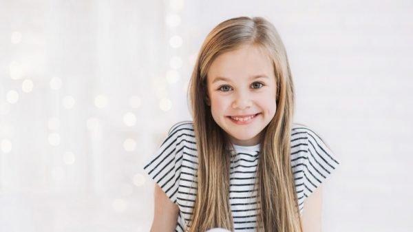 Девочка в полосатой футболке