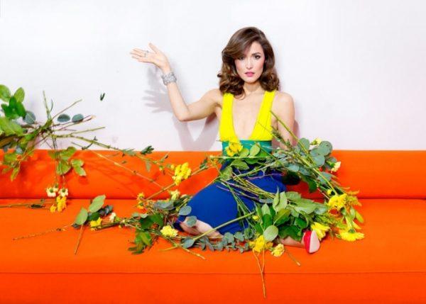 Актриса Роуз Бирн с цветами