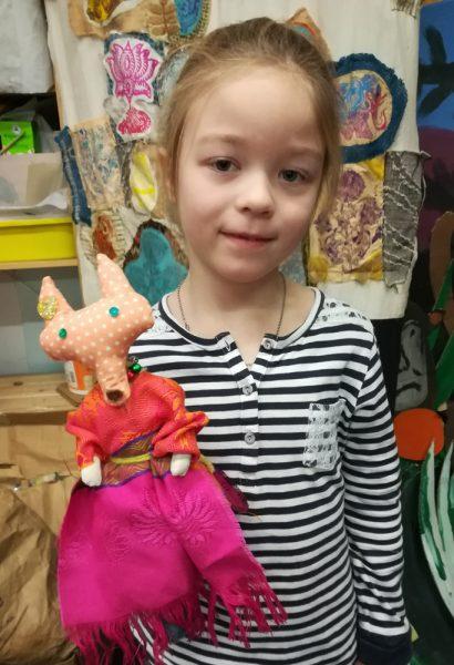 Девочка с игрушкой хенд-мейд