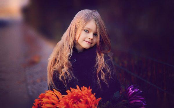 Девочка с красивыми цветами