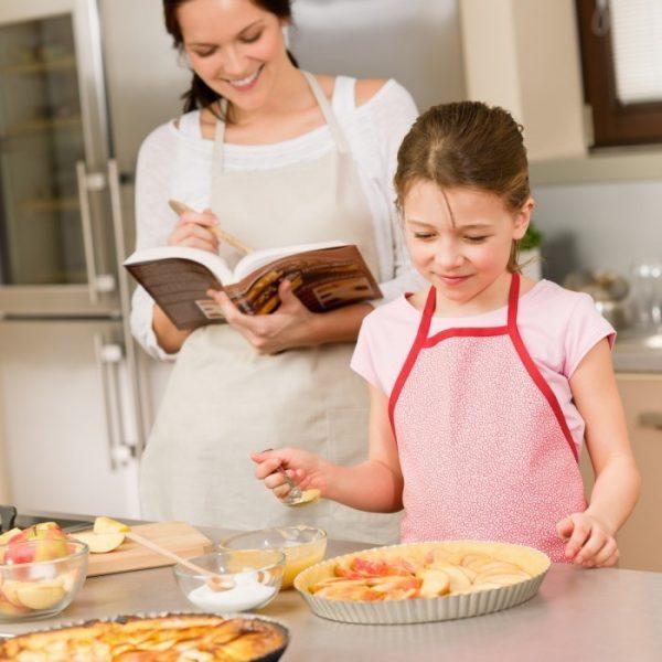 Девочка с мамой на кухне
