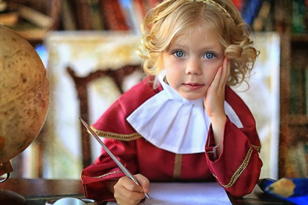 Девочка с ручкой за столом