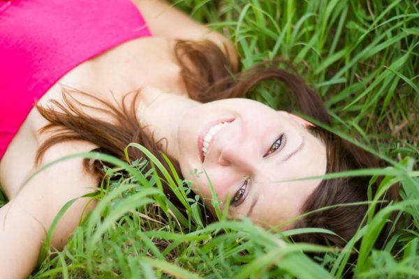 Девушка на зелёной траве