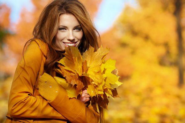 Девушка с осенними листьями