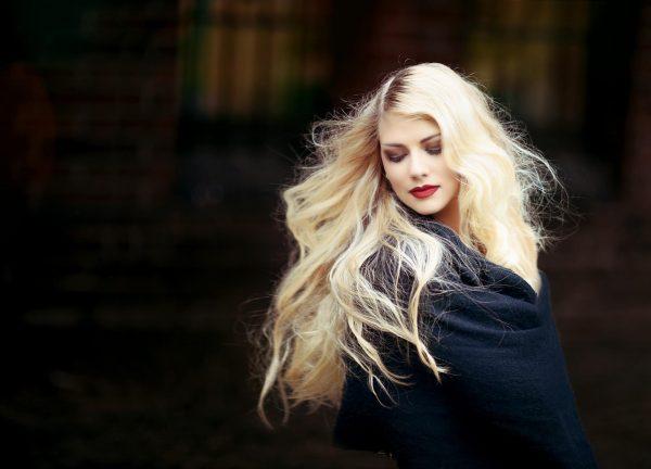 Девушка с длинными светлыми волосами
