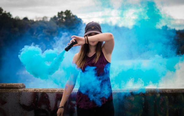 Девушка с дымовой шашкой