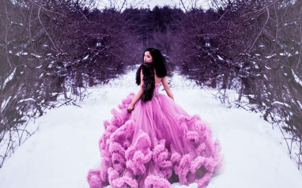 Девушка в красивом платье на снегу