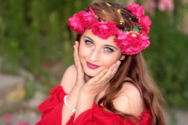 Девушка в венке из роз