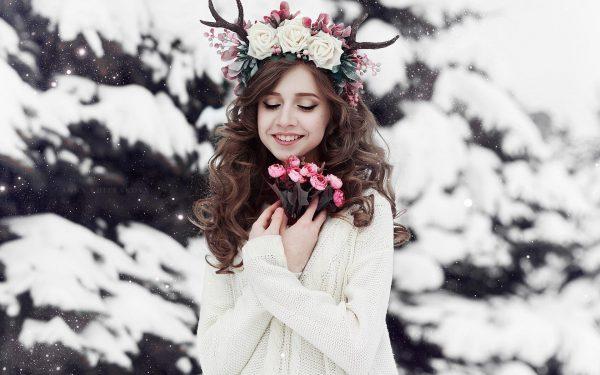 Девушка в венке с розами зимой