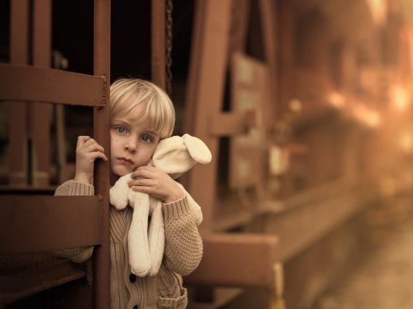 Задумчивый мальчик с игрушкой