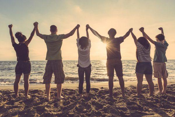 Компания друзей на берегу моря
