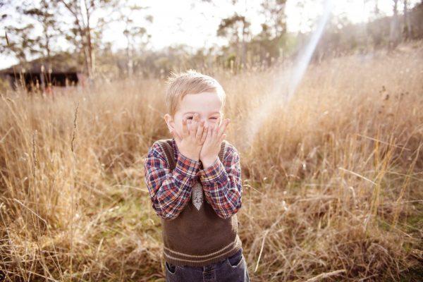 Мальчик на фоне сухой травы