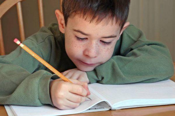 Мальчик пишет стихи