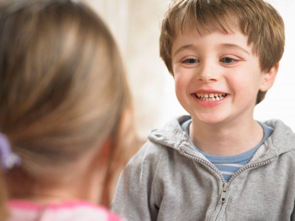 Мальчик разговаривает с девочкой