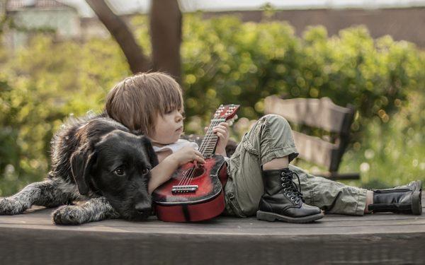 Мальчик с собакой и гитарой