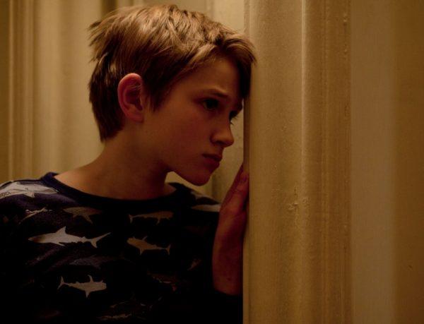 Мальчик у стены