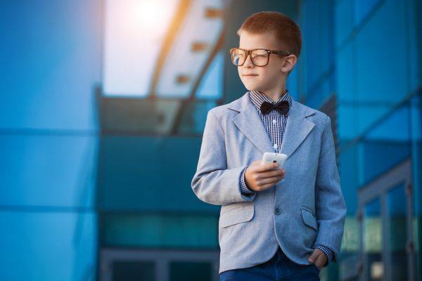 Мальчик в пиджаке и очках