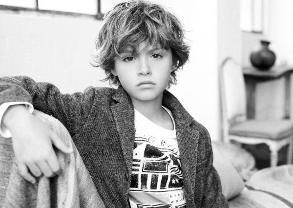Мальчик в сером пиджаке