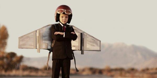 Мальчик в шлеме и с самодельными крыльями за спиной