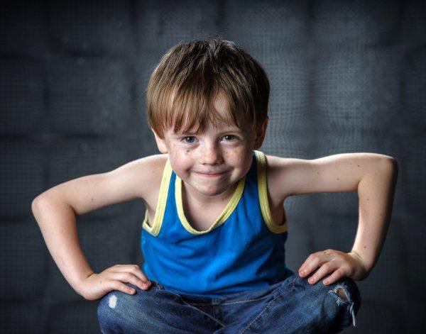 Мальчик в синей майке и джинсах