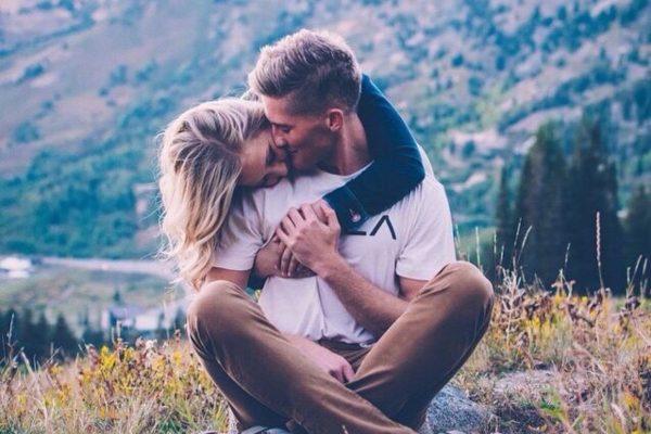 Молодой человек целует девушку