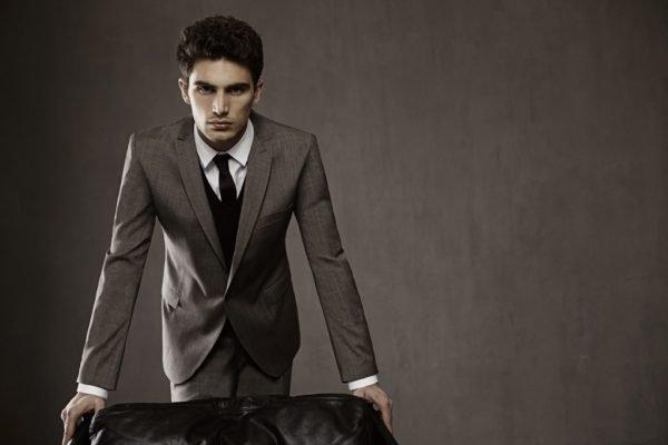 Молодой человек в костюме