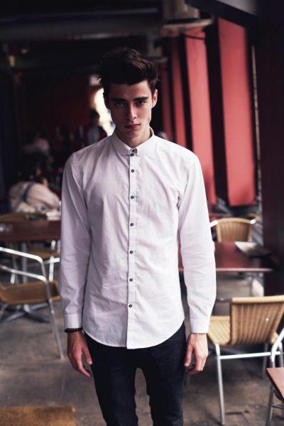 Молодой человек в рубашке