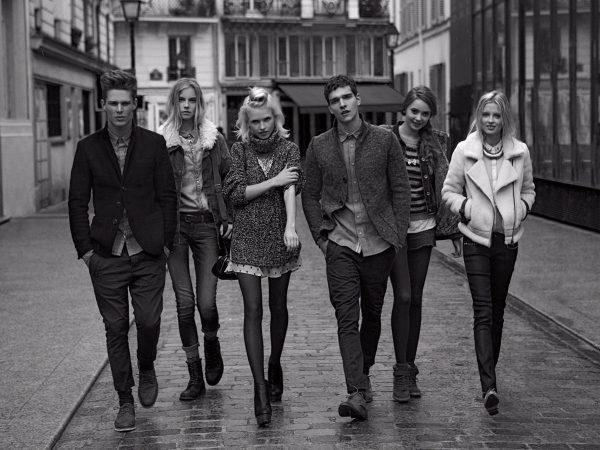 Молодые люди идут по улице