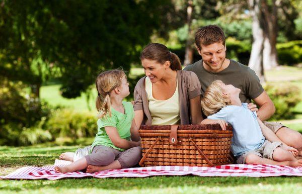 Муж, жена и дети на пикнике