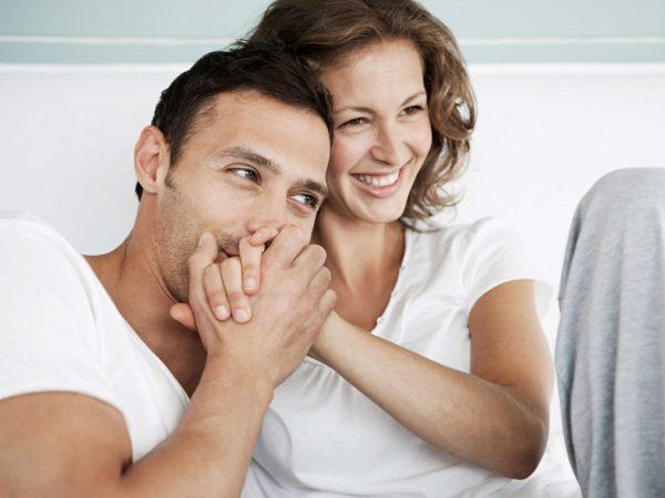 Мужчина целует руку женщине
