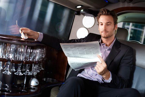 Мужчина читает прессу в автомобиле