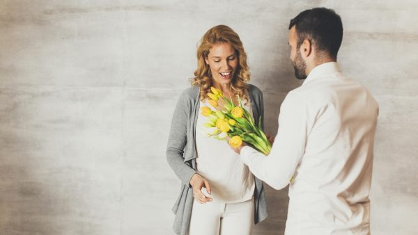 Мужчина дарит цветы девушке