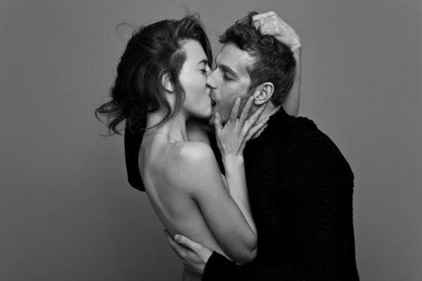Мужчина и девушка целуются