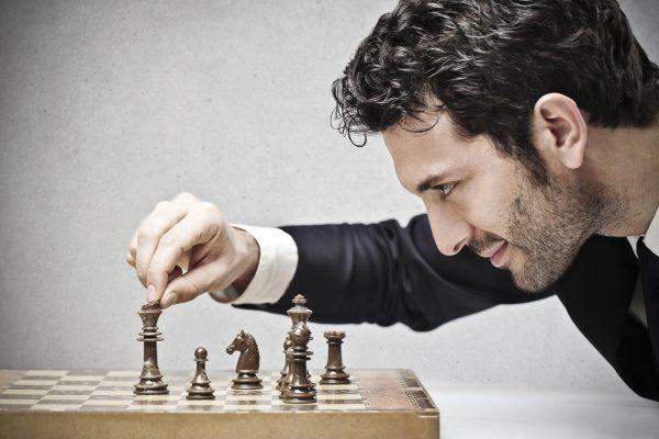 Мужчина и шахматная доска